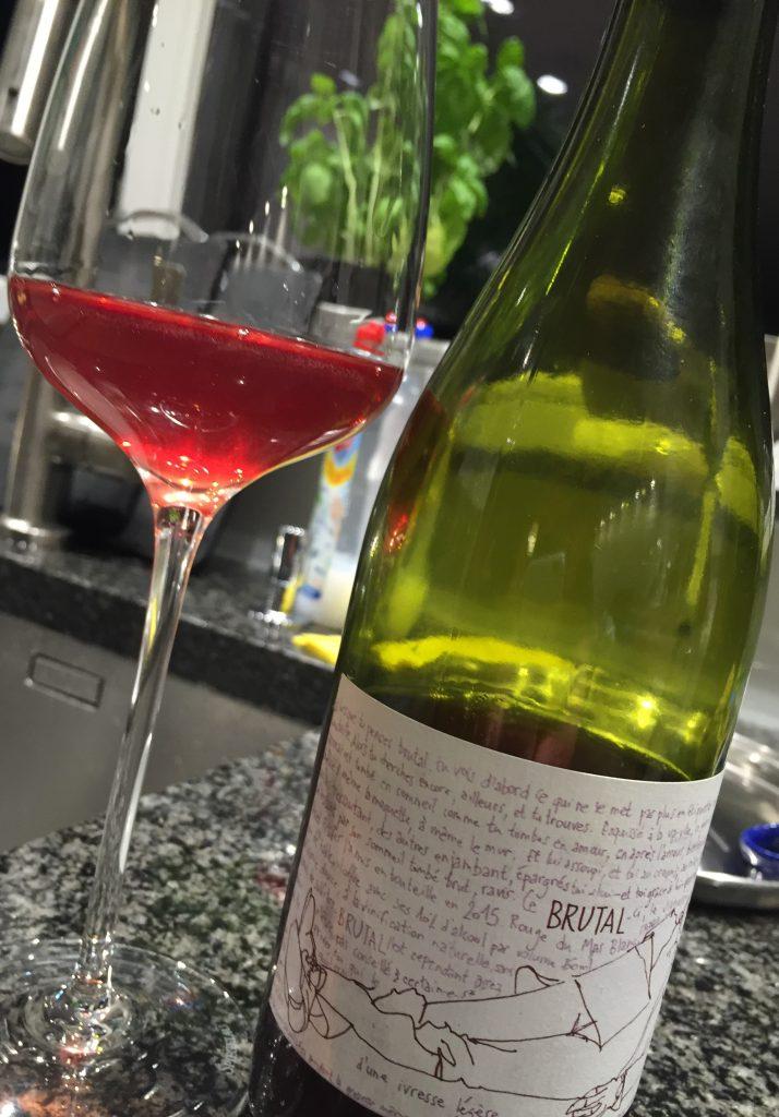 Brutale mit Weinglas