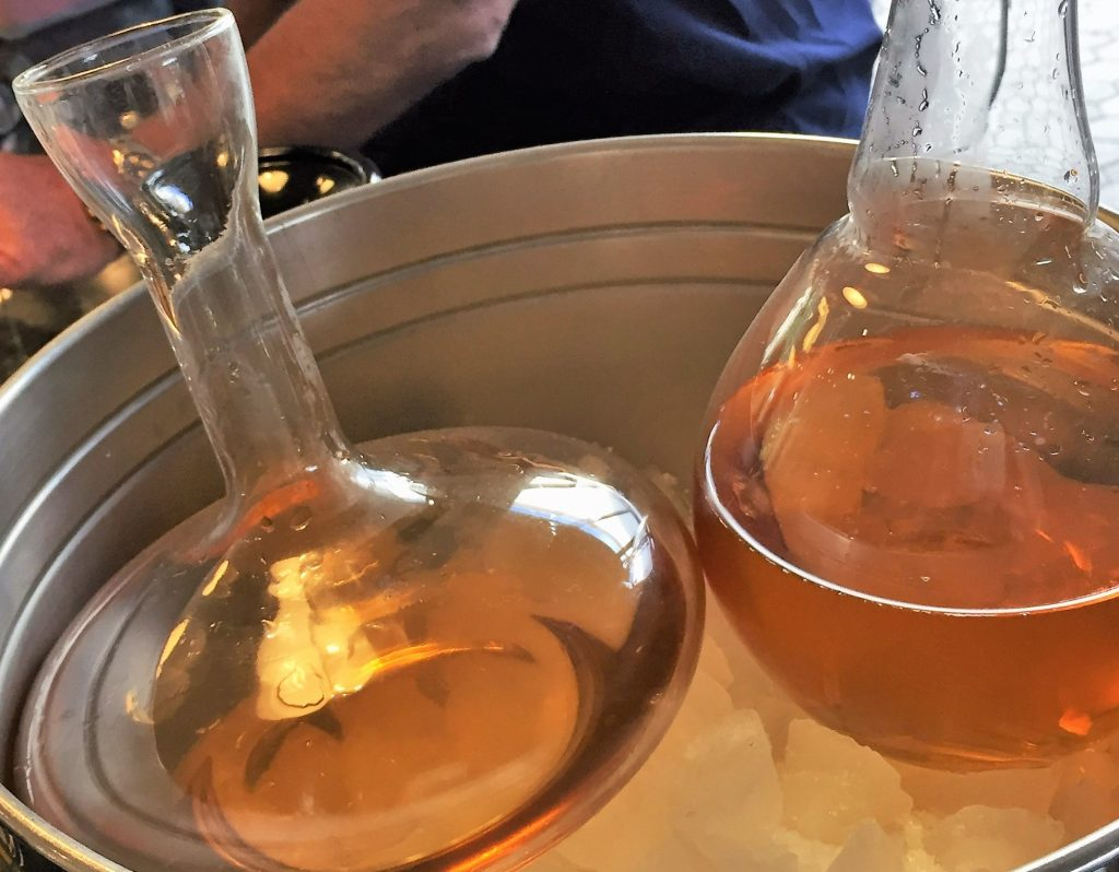 Karaffierter Weißwein zum Matjes